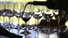 Sumiller sirviendo vino (Foto: Getty)