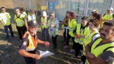 Un equipo de voluntarios recibe instrucciones antes de comenzar las labores de búsqueda. (EFE)