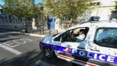 Un coche de policía a la entrada de un Colegio. AFP