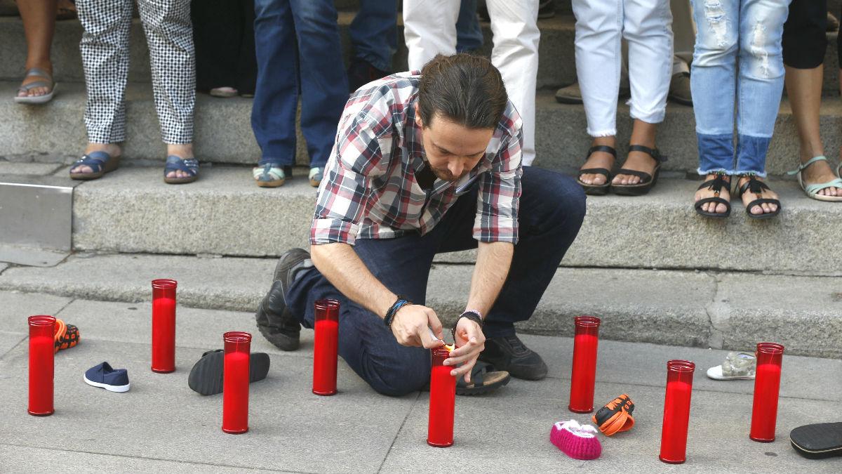 El líder de Podemos, Pablo Iglesias, enciende unas velas durante la concentración organizada para conmemorar el primer aniversario de la muerte en la playa turca de Bodrum del niño de 3 años Aylan Kurdi, que ha tenido lugar a las puertas del Congreso de los Diputados (Foto: Efe)