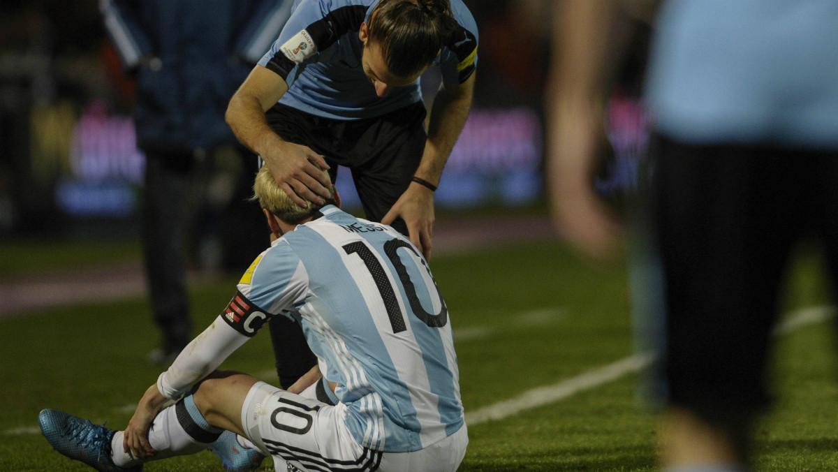 Messi se duele tras una entrada de Gastón. (AFP)