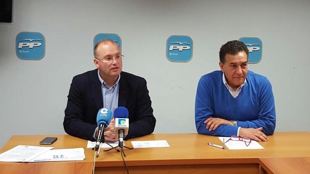 A la izquierda, Miguel Tellado, secretario general del PP de Galicia.