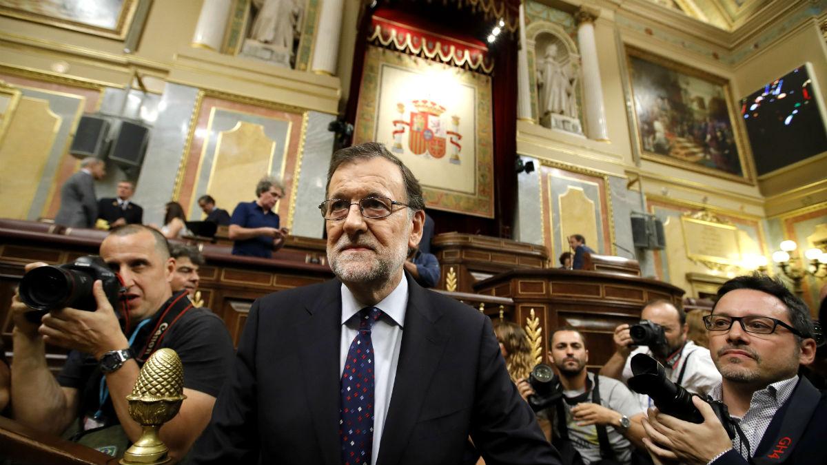 Mariano Rajoy rodeado de fotógrafos, tras su discurso de investidura (Foto: EFE)