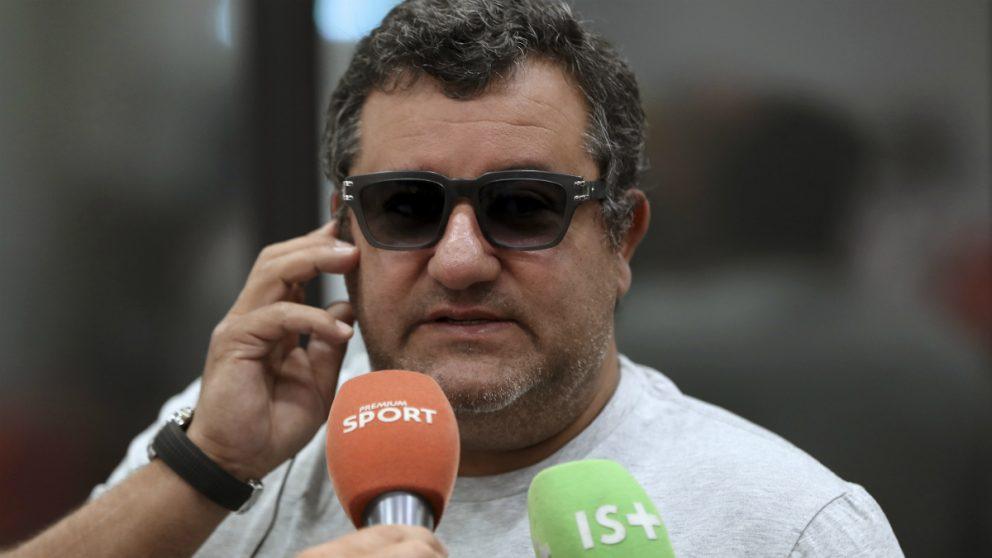 Mino Raiola atiende a los medios de comunicación. (AFP)