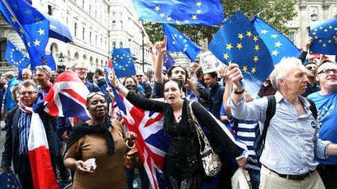Manifestantes en Londres a favor de seguir en la Unión Europea. (Foto: AFP)   Brexit
