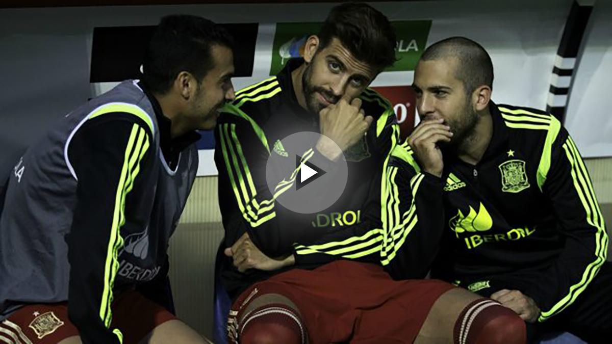 Piqué junto a Pedro y Jordi Alba en el banquillo del estadio Reino de León. (Getty Images)