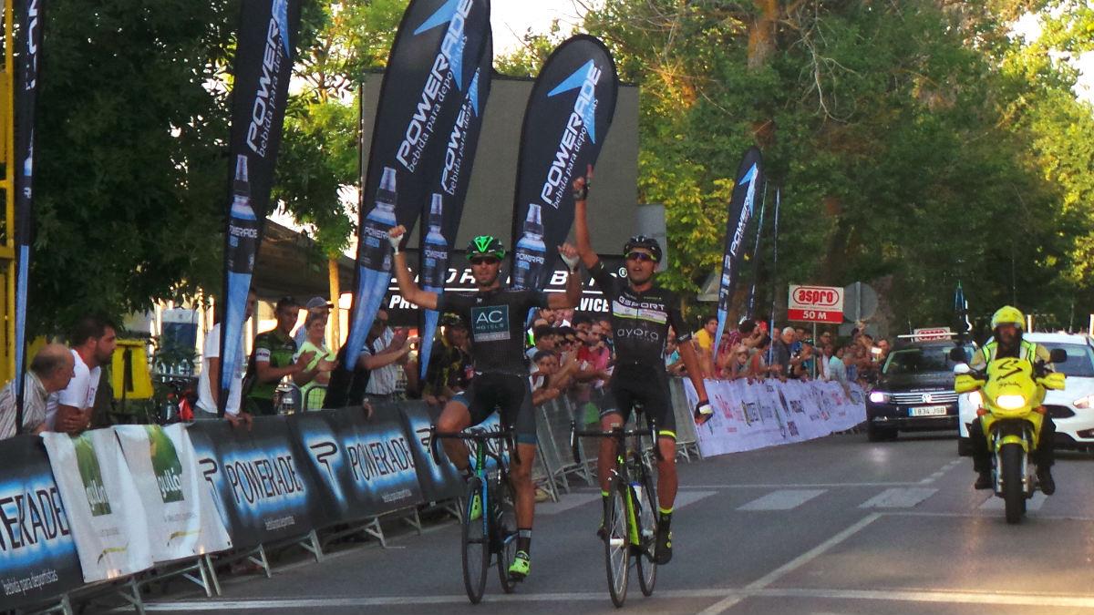 José Antonio Larrea, a la izquierda, entra vencedor en la meta junto al ganador en categoría 30B Francisco Tortella.