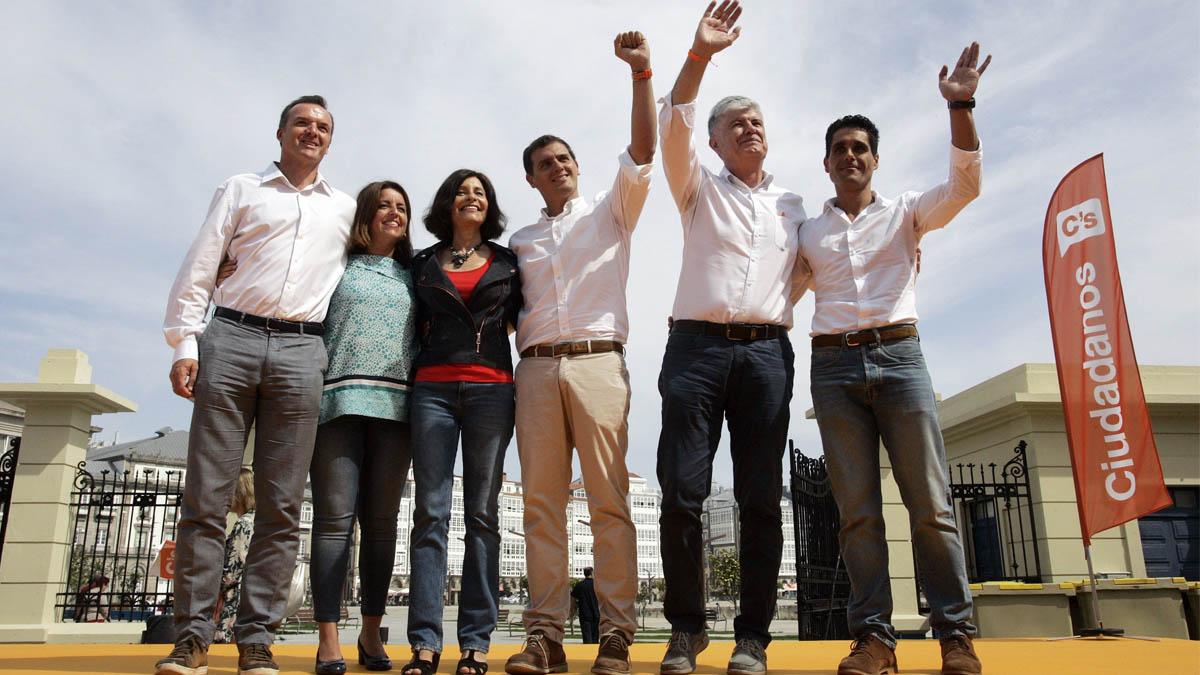 Albert Rivera junto a su equipo de campaña