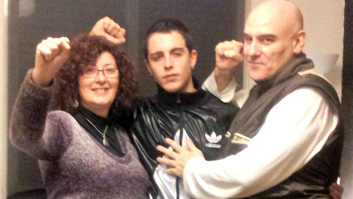 El joven Alfon junto a sus padres, antes de entrar en la cárcel.