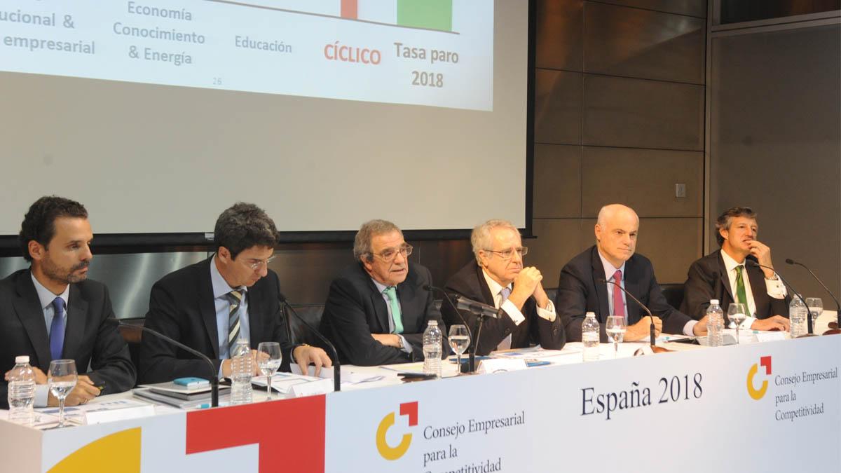 César Alierta, en el centro, durante una reunión del Consejo Empresarial para la Competitividad.