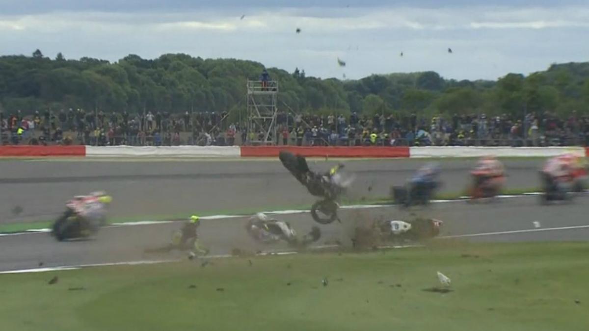 Pol Espargaró y Loris Baz sufrieron un aparatoso accidente en el GP de Gran Bretaña