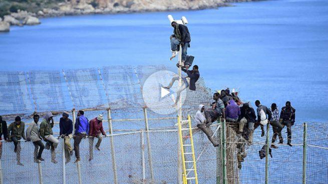Más de 100 inmigrantes entran en Melilla saltando la valla con Marruecos