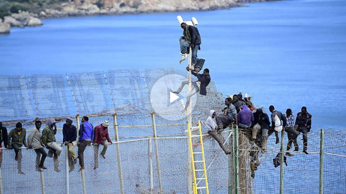 un grupo de inmigrantes subsaharianos intentan saltar la valla que les separa de Europa. (foto: Getty(