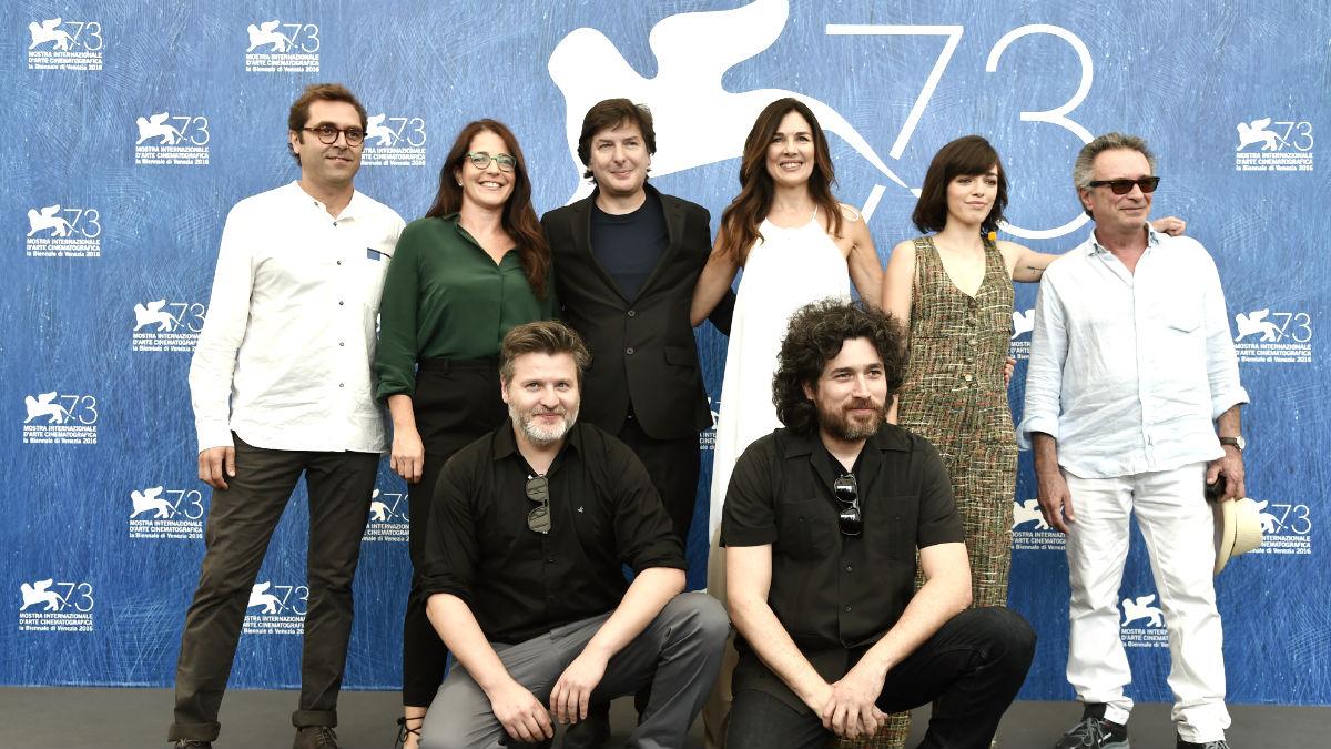 El equipo de 'El ciudadano ilustre' posa en la Mostra de Venecia (Foto: AFP).