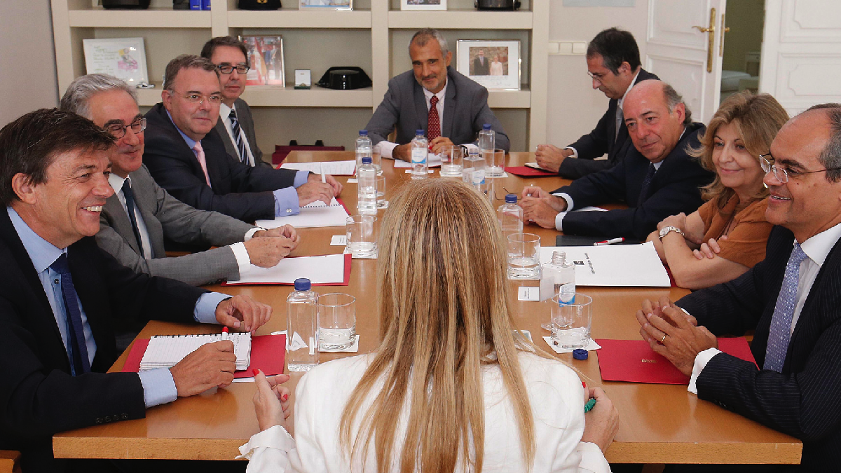 La presidenta Cifuentes con los rectores en la Real Casa de Correos. (Foto: CAM)