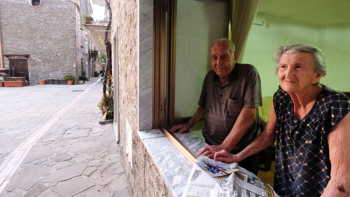 Dos de los longevos habitantes de Accialori. (Foto: AFP)