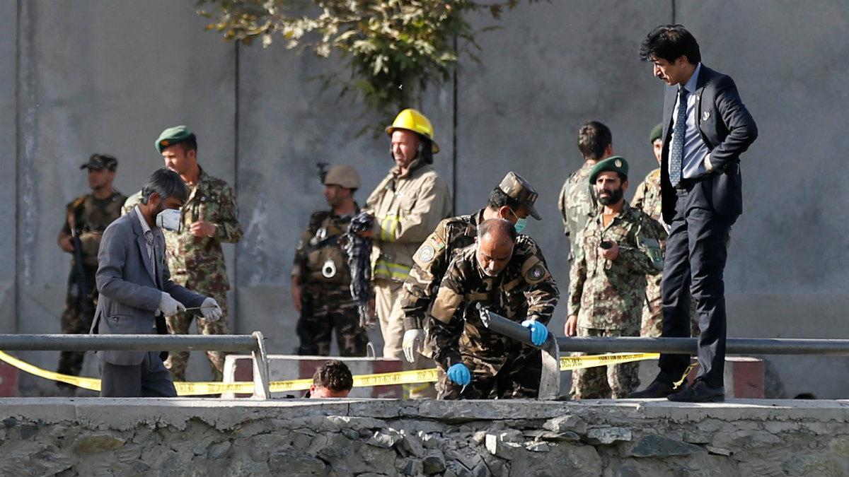 Las autoridades policiales investigan los atentados de este lunes en Kabul. (AFP)