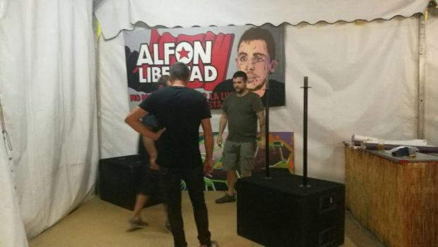 """El portavoz de Ganar Alcorcón, Jesús Santos, junto a un cartel de """"Alfon libertad""""."""