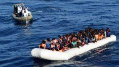 Miembros de la Marina Militar italiana se acercan a los inmigrantes a los que querían rescatar este lunes. (Marina Italiana)