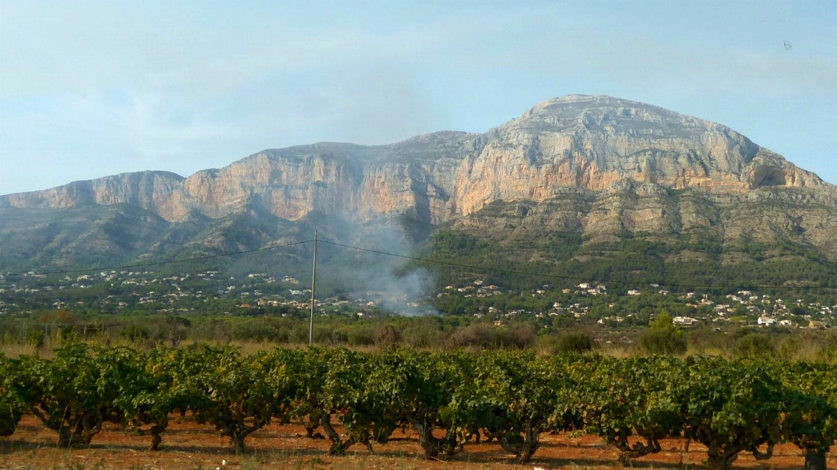 Un nuevo incendio junto a Jávea, declarado en las faldas del Parque del Montgó. (TW)