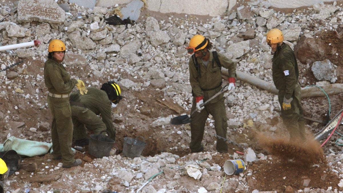 Miembros de los equipos de rescate buscan supervivientes entre los escombros. (Foto: AFP)
