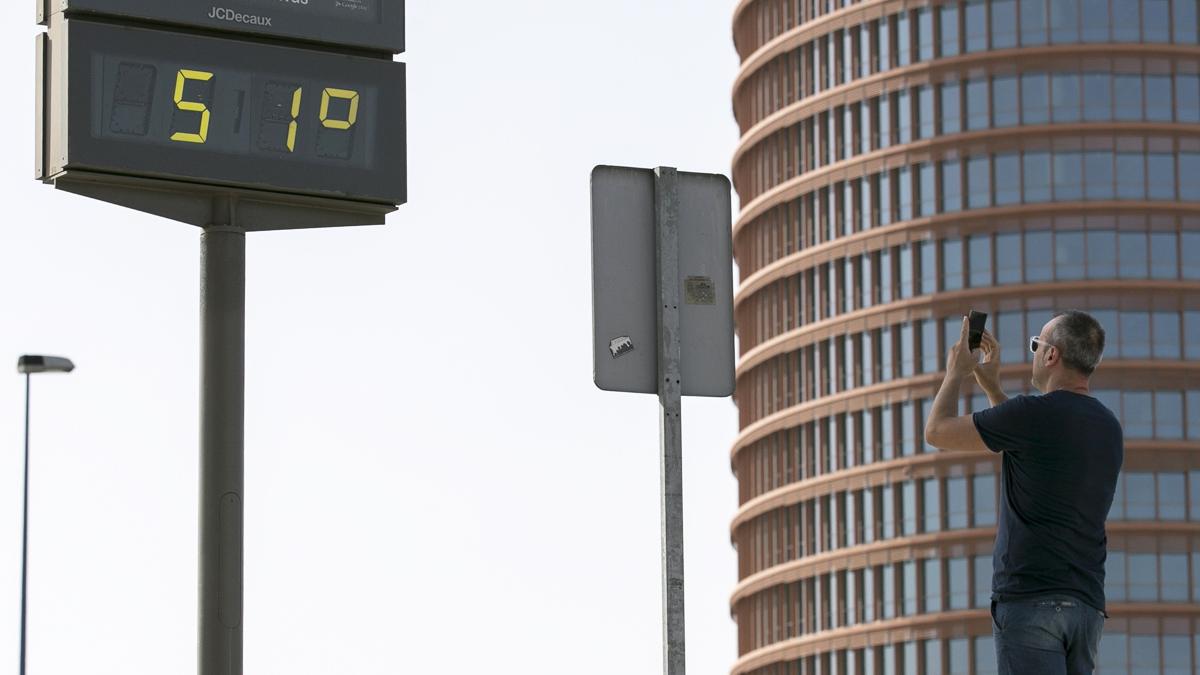 Un termómetro público marca 51 grados (Foto: Efe).