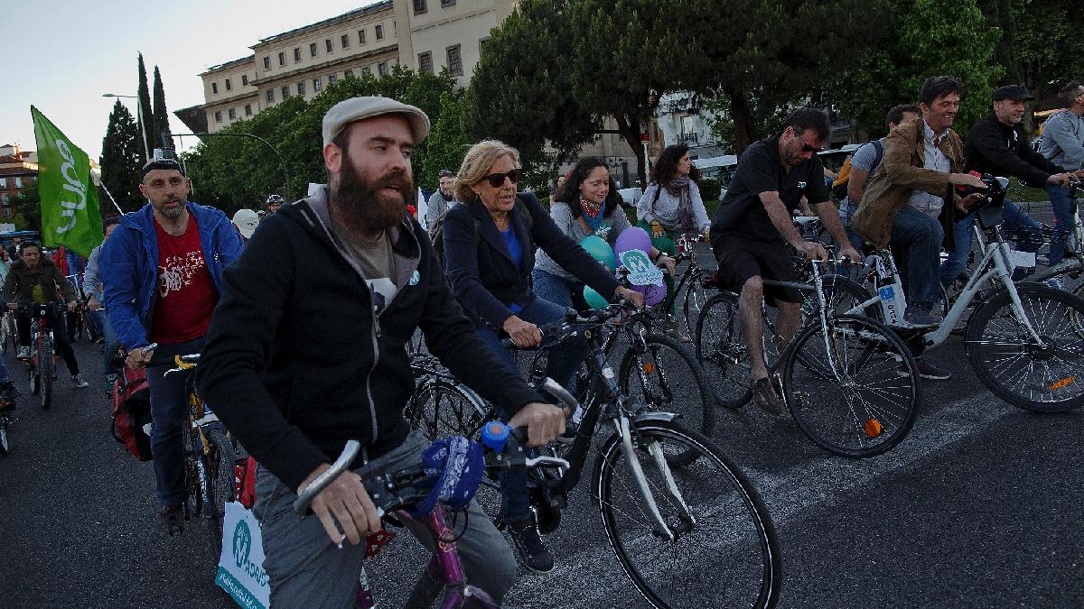 La alcaldesa Carmena en campaña electoral sin casco en bicicleta por Madrid. (Foto: GETTY)