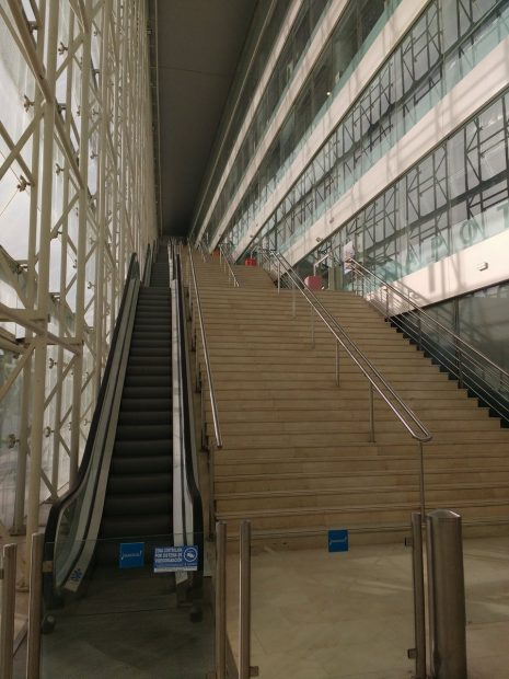 Escaleras del Ayuntamiento anti bicis que denuncian los ciclistas. (Foto: TW)