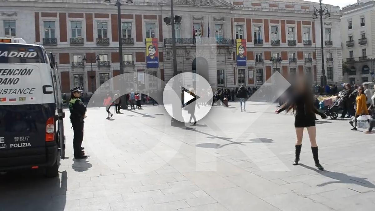 Ucraniana contratada por 'Torbe' bailando delante de la policía en la Puerta del Sol de Madrid.