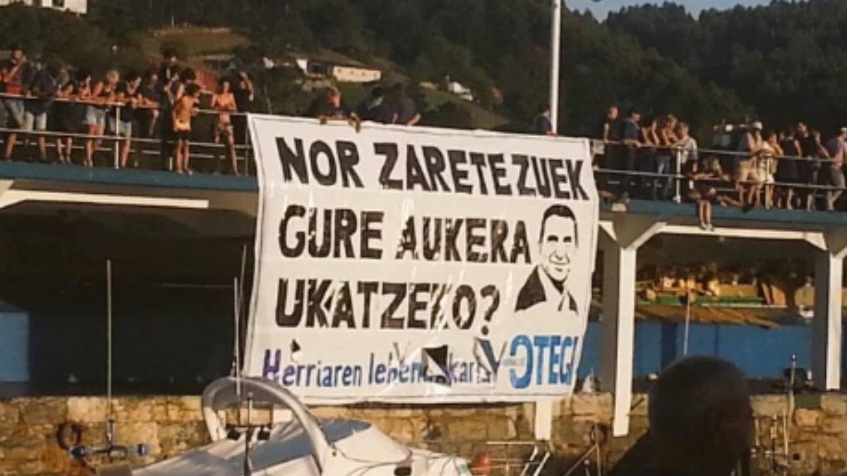 La pancarta que EH Bildu ha usado para ilustrar su respuesta a la decisión del Tribunal Constitucional. (TWITTER)