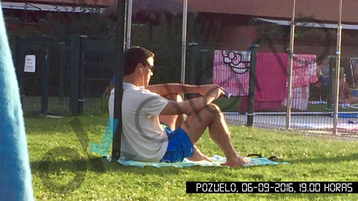 Pedro Sánchez, en la piscina de su casa en Pozuelo. (OKD)