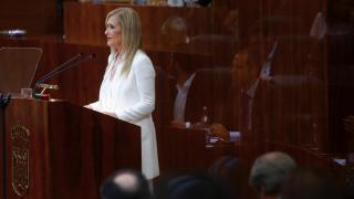La presidenta Cristina Cifuentes durante su discurso con el reflejo de Ignacio Aguado, portavoz de Ciudadanos. (Foto: CAM)