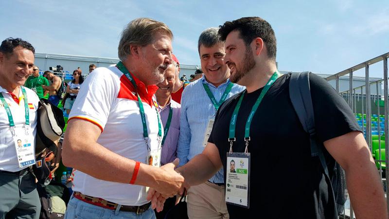 Méndez de Vigo saluda a David Cal con Cardenal intentando colarse en la foto. (CSD)