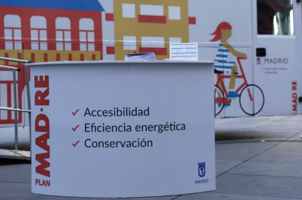 """El autobús promociona la """"accesibilidad"""" en su cartelería. (Foto: Madrid)"""