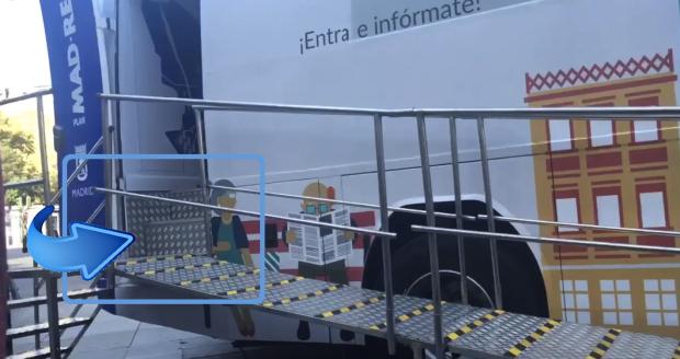 Escaleras del autobús de Manuela Carmena. (Foto: TW)
