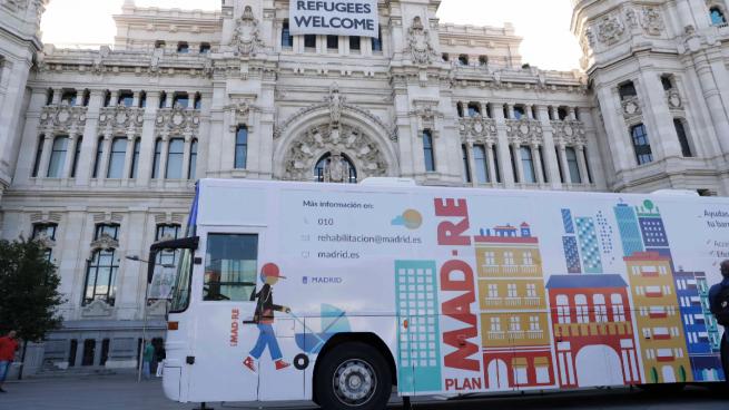 Carmena presenta un autobús para personas con movilidad reducida que no es accesible: tiene escalones