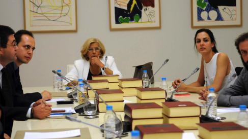 Manuela Carmena y Rita Maestre en una Junta de Gobierno. (Foto: Madrid)