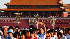 Colas de horas en la plaza roja de Pekín, a la espera de poder homenajear a Mao Zedong a los 40 años de su muerte. (Reuters)
