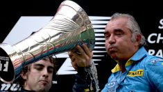 Fernando Alonso celebra una victoria con Briatore. (AFP)