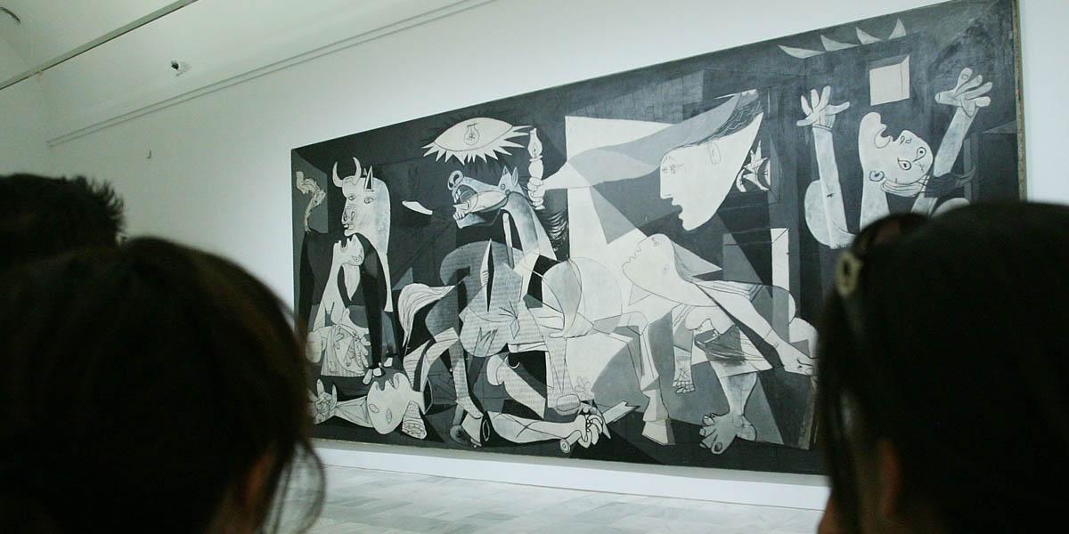 Unos turistas contemplan el Guernica. (Foto: Getty)