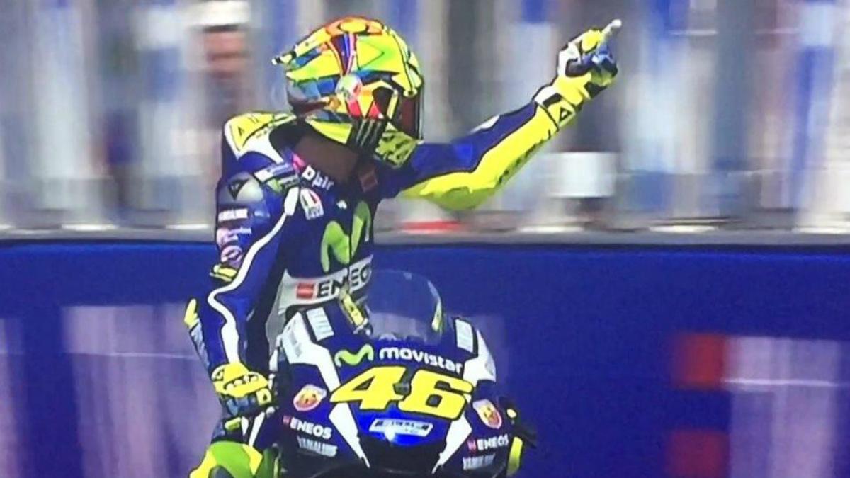Rossi le dedicó una peineta a Aleix Espargaró. (Twitter Movistar GP)