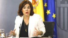 La vicepresidenta del Gobierno, Soraya Sáenz de Santamaría, durante la rueda de prensa posterior al Consejo de Ministros (Foto: Efe)
