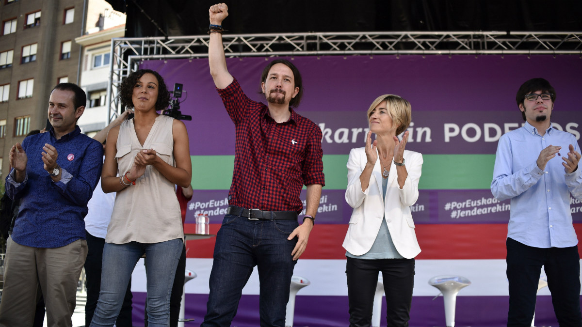 Pablo Iglesias, en un acto electoral en Barakaldo, junto a Pili Zabala. (EFE)