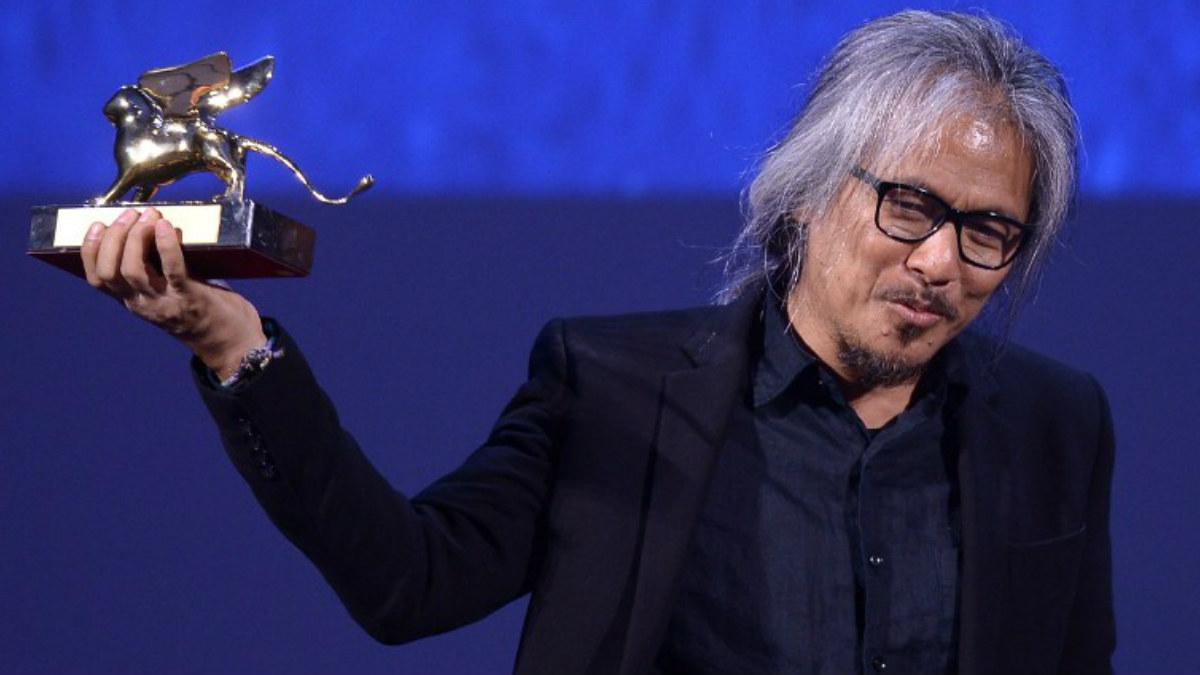 EL director filipino Lav Díaz con el mayor galardón del FEstival de Cine de Venecia, el León de Oro, en su mano. (AFP)
