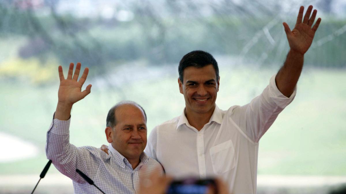 Pedro Sánchez, junto al candidato gallego del PSOE, Xoaquin Fernández Leiceaga. (EFE)