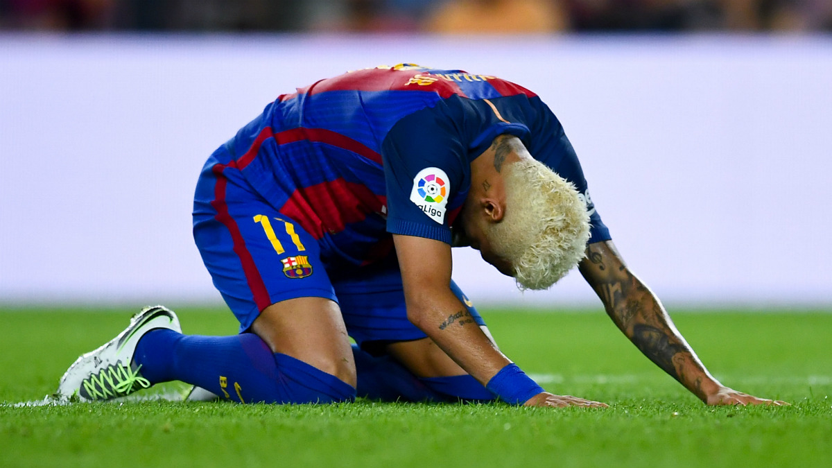 Neymar se lamenta de una ocasión fallada ante el Alavés. (Getty)