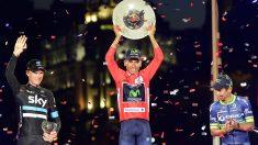 Nairo Quintana levanta el título de campeón de la Vuelta a España. (AFP)