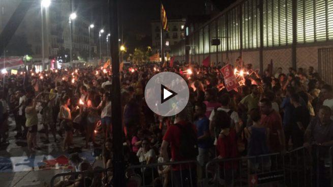 Queman fotos del Rey y páginas de la Constitución en la manifestación de la Diada