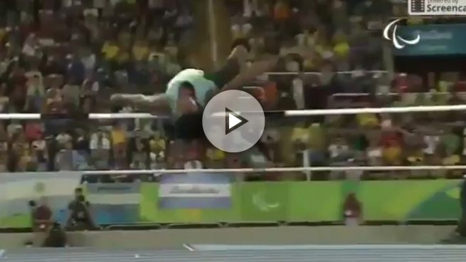Salta sólo ocho centímetros menos que Ruth Beitia ¡con una sola pierna!