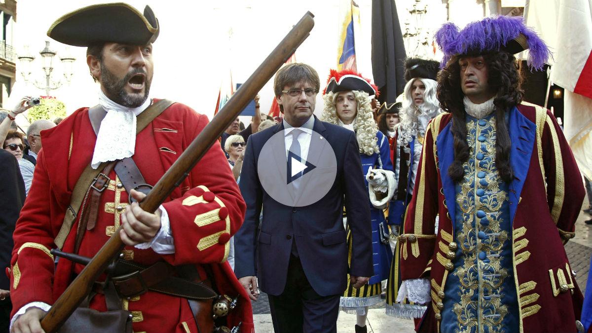 Carles Puigdemont, con los Miquelets, durante la Diada. (Foto: EFE)
